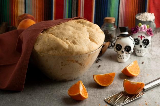 Hoge hoek van pan de muerto deeg