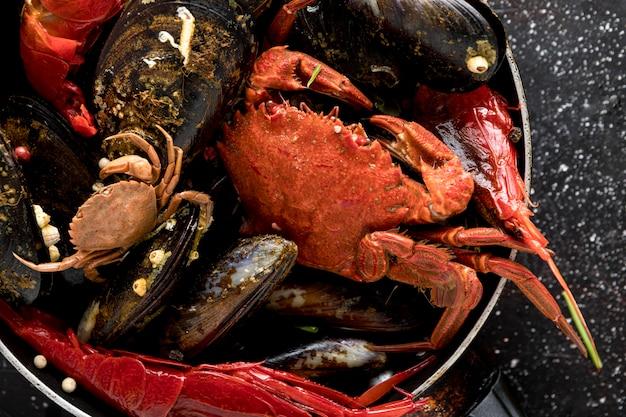 Hoge hoek van pan met krab en mosselen