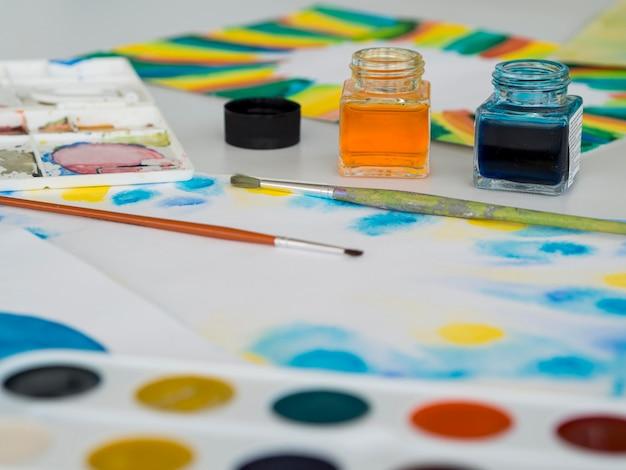 Hoge hoek van penseel met aquarel