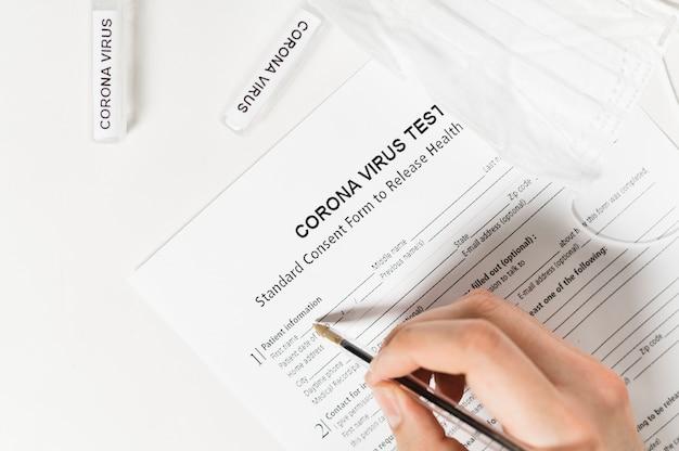 Hoge hoek van persoon schrijven op coronavirus-test