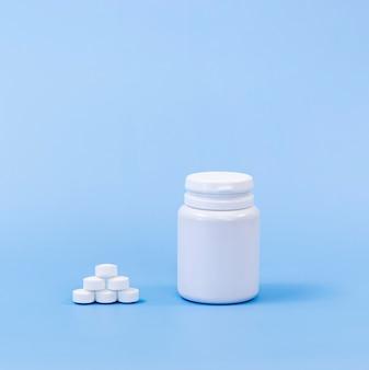Hoge hoek van pillen en plastic container