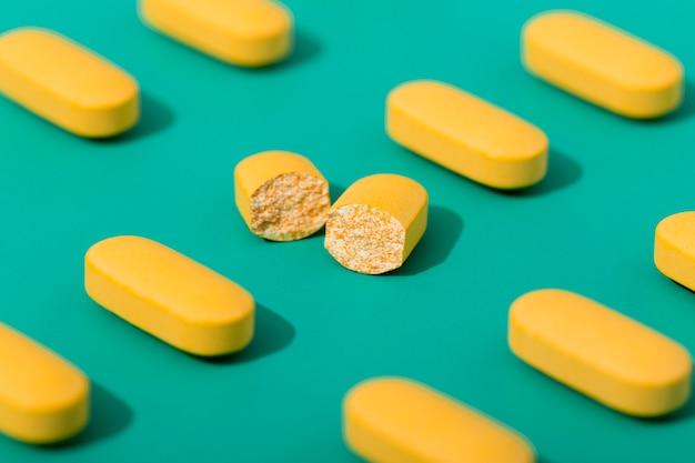 Hoge hoek van pillen met een gebroken