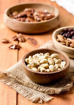Hoge hoek van pinda's en walnoten in kommen
