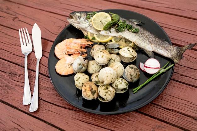 Hoge hoek van plaat met vis en mosselen