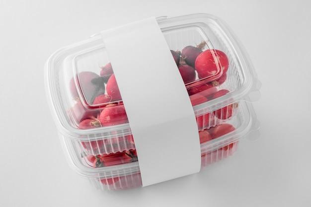 Hoge hoek van plastic verpakkingen met tomaten