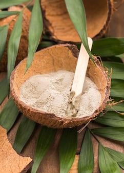 Hoge hoek van poeder in kokosnoot