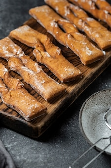 Hoge hoek van poedersuiker-desserts