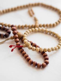 Hoge hoek van religieuze armbanden