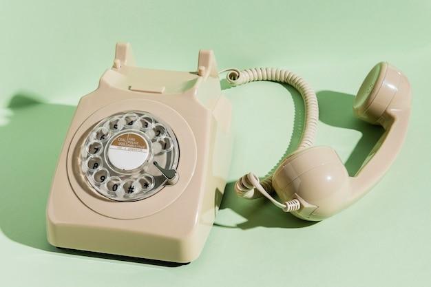 Hoge hoek van retro telefoon met ontvanger