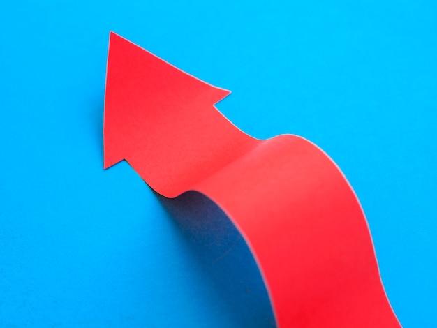 Hoge hoek van rode pijl