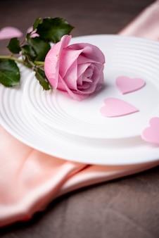 Hoge hoek van roos op plaat voor valentijnsdag