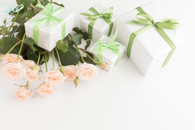 Hoge hoek van rozenboeket met cadeautjes