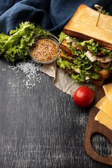 Hoge hoek van saladesandwich met tomaat en exemplaarruimte