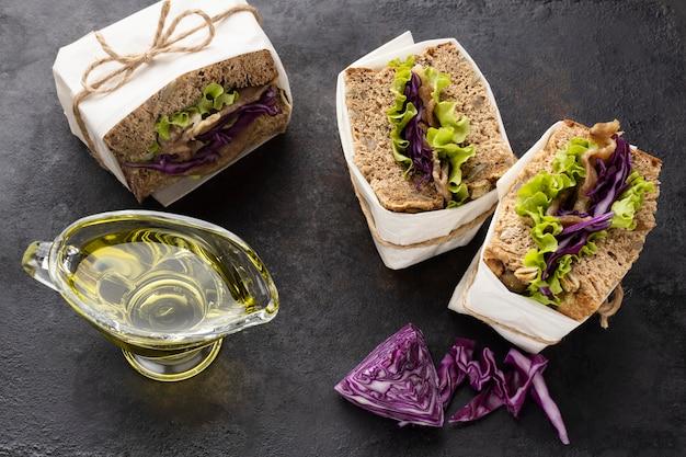 Hoge hoek van saladesandwiches met olie