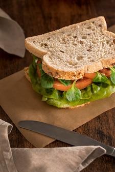 Hoge hoek van sandwich met greens en tomaten