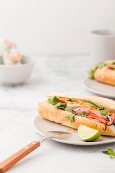 Hoge hoek van sandwich met ham en vork