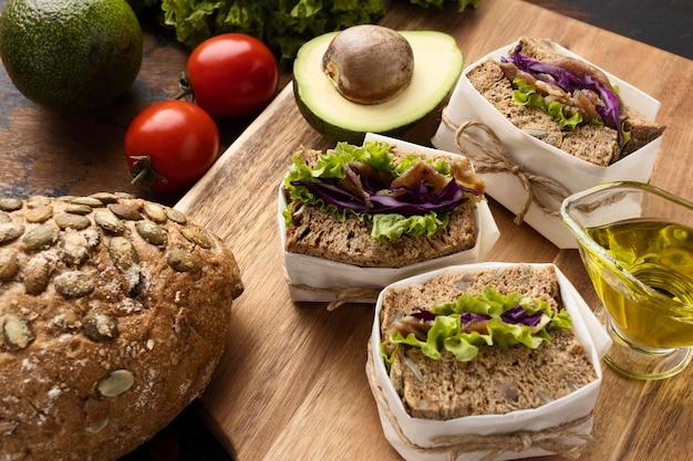 Hoge hoek van sandwiches met avocado en tomaten