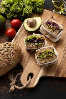 Hoge hoek van sandwiches met tomaten en avocado