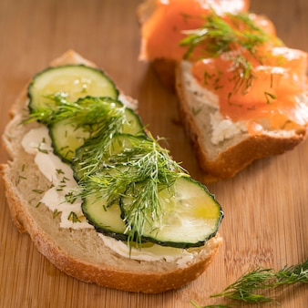 Hoge hoek van sandwiches met zalm, komkommer en dille