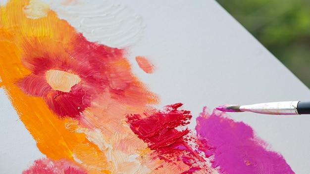 Hoge hoek van schilderen met penseel
