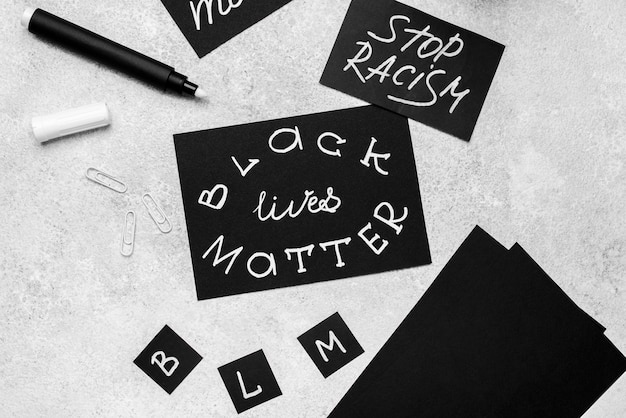 Hoge hoek van selectie van kaarten met zwarte levens zijn van belang met pen