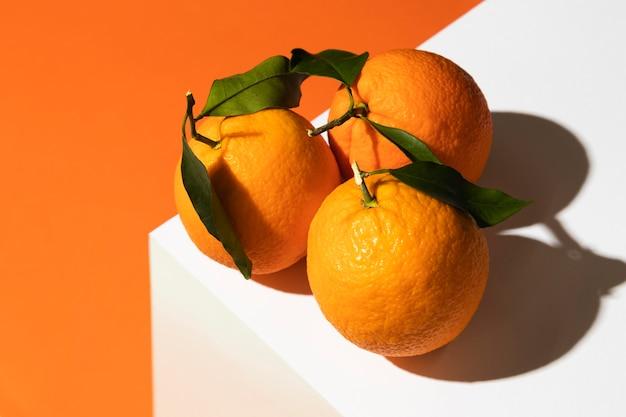 Hoge hoek van sinaasappelen op podium
