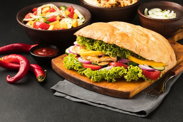 Hoge hoek van smakelijke kebab met groenten en gerechten