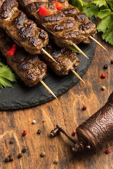 Hoge hoek van smakelijke kebab op plaat met specerijen
