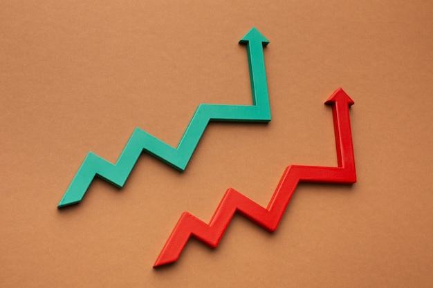 Hoge hoek van statistiekenpresentatie met groeipijlen