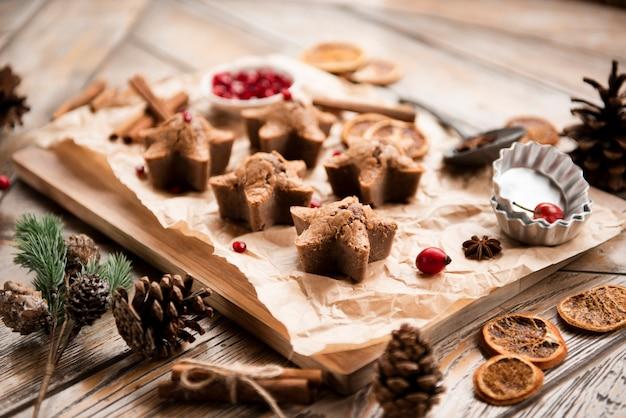 Hoge hoek van stervormige koekjes met dennenappels