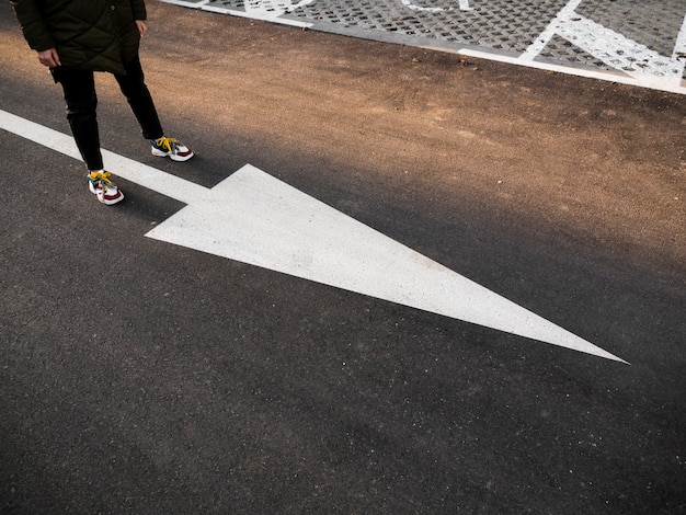 Hoge hoek van straat met grote witte pijl