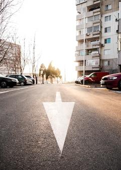 Hoge hoek van straat met pijl op asfalt