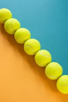 Hoge hoek van tennisballen op een rij