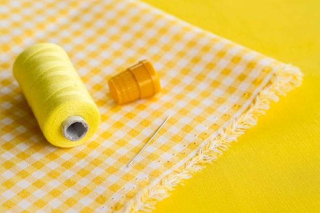 Hoge hoek van textiel met draad en naald