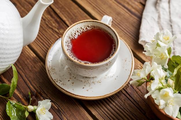 Hoge hoek van thee in een kopje op een houten tafel