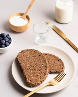 Hoge hoek van toast met bosbessen en melk