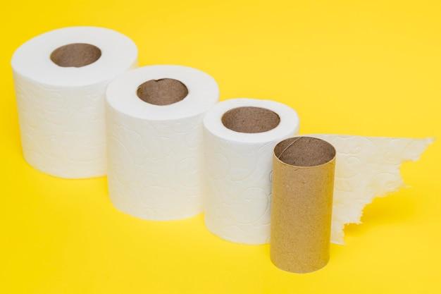 Hoge hoek van toiletpapierrollen met kartonnen kern