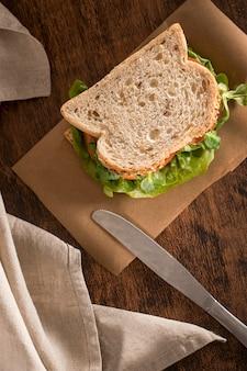 Hoge hoek van toostsandwich met greens en tomaten