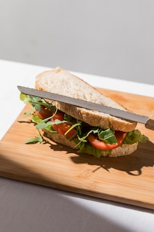 Hoge hoek van toostsandwich met tomaten en greens