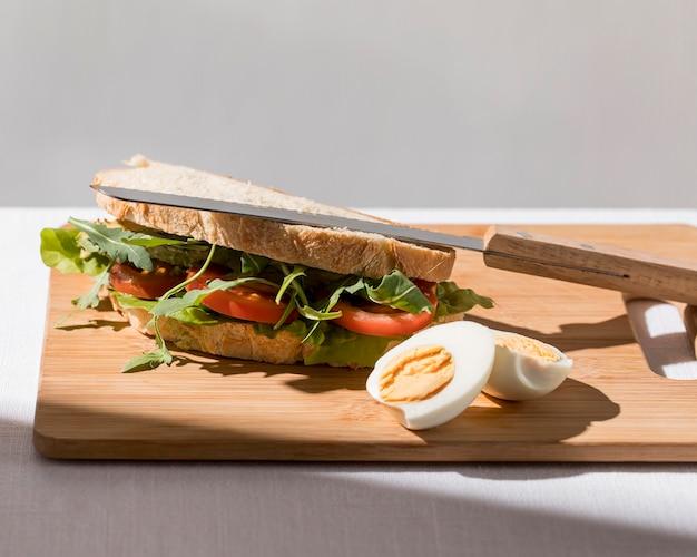 Hoge hoek van toostsandwich met tomaten en hardgekookt ei