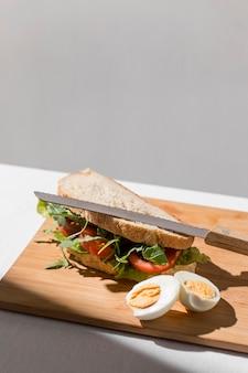 Hoge hoek van toostsandwich met tomaten, hardgekookt ei en exemplaarruimte