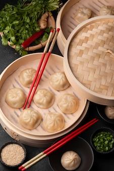 Hoge hoek van traditionele aziatische dumplings met kruiden