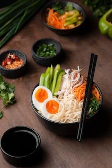 Hoge hoek van traditionele aziatische schotel met eieren
