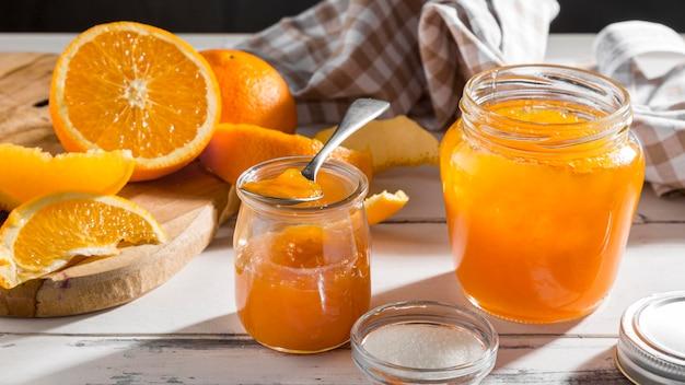 Hoge hoek van transparante pot met sinaasappeljam