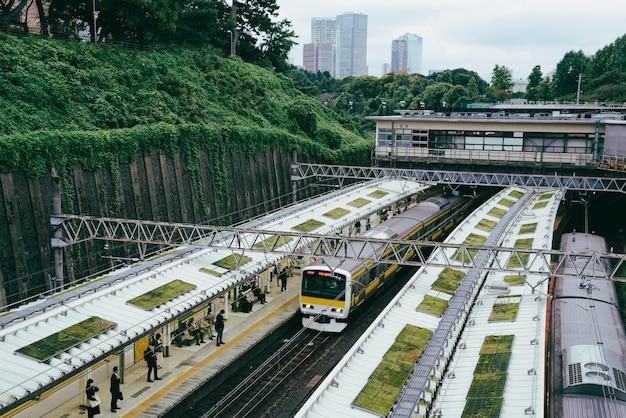 Hoge hoek van treinterminal in de stad