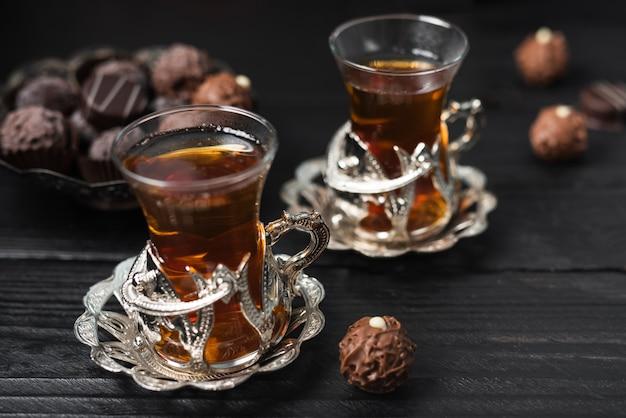 Hoge hoek van truffels en kopjes thee