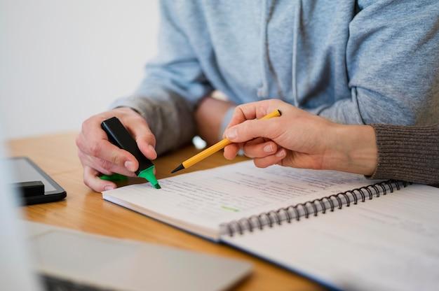 Hoge hoek van tutor en student thuis