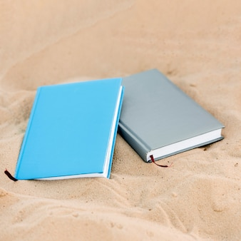 Hoge hoek van twee boeken op het strand