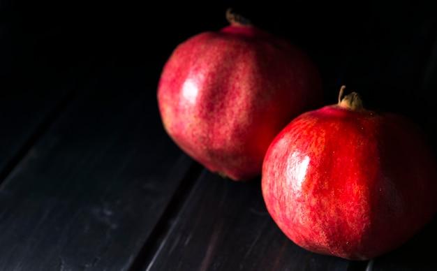 Hoge hoek van twee herfstgranaatappels