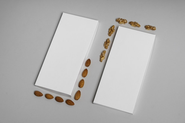 Hoge hoek van twee lege chocoladerepen pakketten met noten en kopieer ruimte